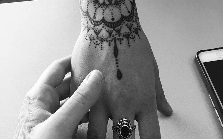 mani tatuate