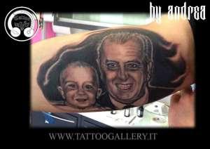 """alt=""""tatuaggi ritratti, tattoo portrait, viso di nonno e nipote, in bianco e nero , interno bicipide destro"""""""