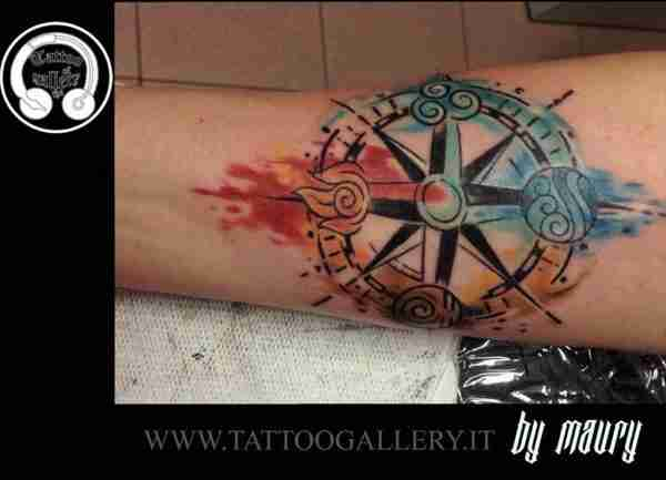 "alt=""tattoo rosa dei venti watercolor"""