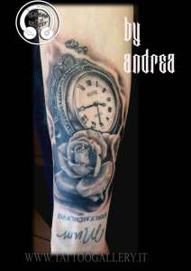 """alt=""""realistic tattoo orologio e rosa"""""""