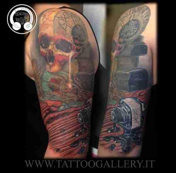 "alt=""tatuaggi realistici, teschio colorato con lanterna e calamaio"""