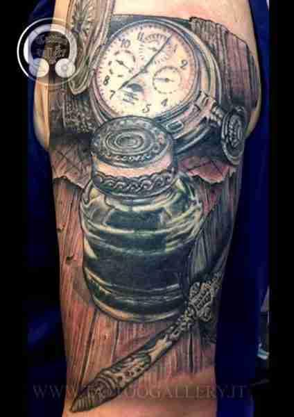 "alt=""tatuaggio relistico orologio bussola calamaio"