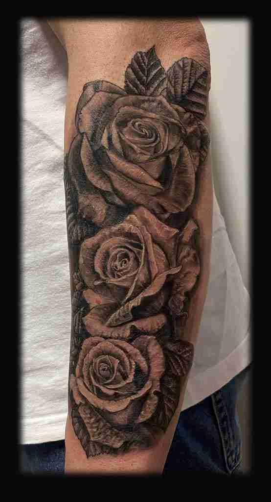 "alt=""tatuaggi fiori realistici rose realistiche"""