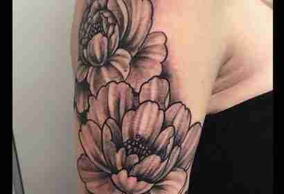"alt=""newschool tattoo peonie bianco e nero"""
